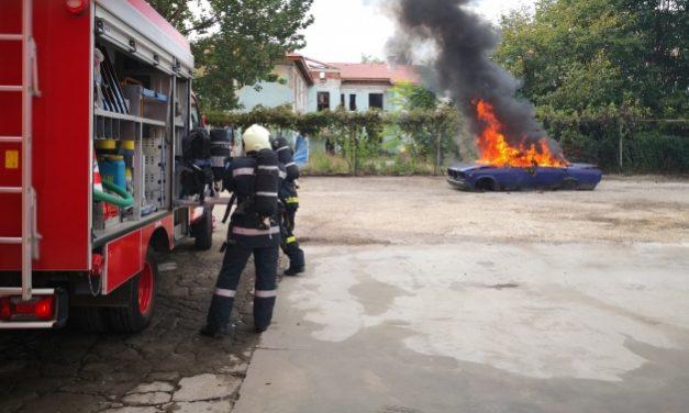 Мъж от Кнежа се поля с бензин и се самозапали в колата си