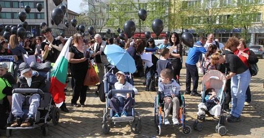 ГЕРБ ГОТВИ ГРАЖДАНСКА ВОЙНА, за да остане на Власт! Хвърлят зависими Работници срещу Протестиращите Майки!