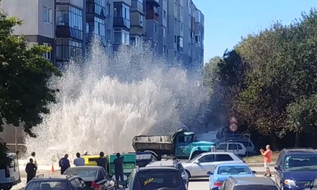 Истински фонтан изригна на улица във Варна, голям разлив на питейна вода