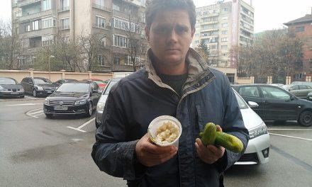 Храната на Иванчева и Петрова се слага в използвана кофичка от кисело мляко