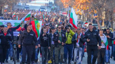 """Гладът е по-силен от всичко! Масово хората в страната излизат и веят знамена и псуват, и крещят """"вън боклуци такива""""!"""