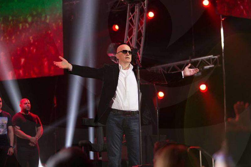 Фенове до вчера: Слави, ти си срам! От изпълнител на 'Нема такава държава' стана герой в нея