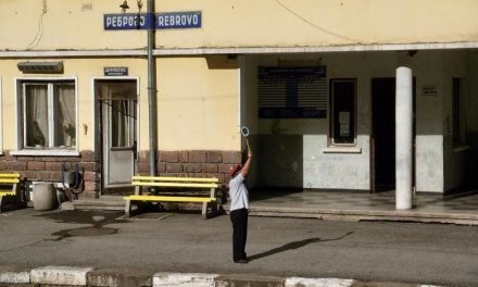 Влак излезе от релсите, затворена е жп линията Реброво-Своге