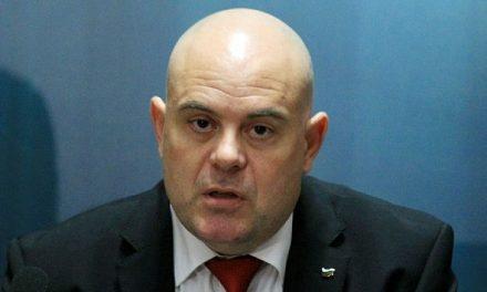 Не вярвайте на Иван Гешев, че прокуратурата не отговаря за арестите, Конституцията казва обратното